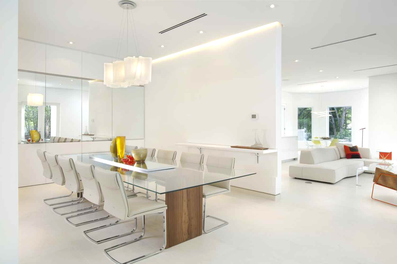 Стильная столовая в стиле модерн частично отделена от гостиной стеной