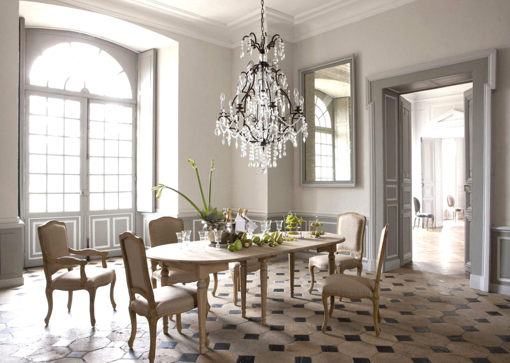 Большие окна, люстры, клетчатая плитка и зеркала в столовой в стиле французских интерьеров