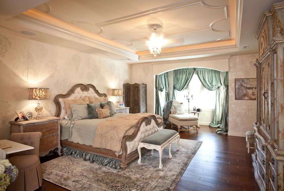 Антикварная мебель в интерьере просторной спальни