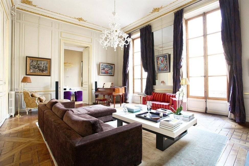 Антикварные картины на стенах во французской гостиной