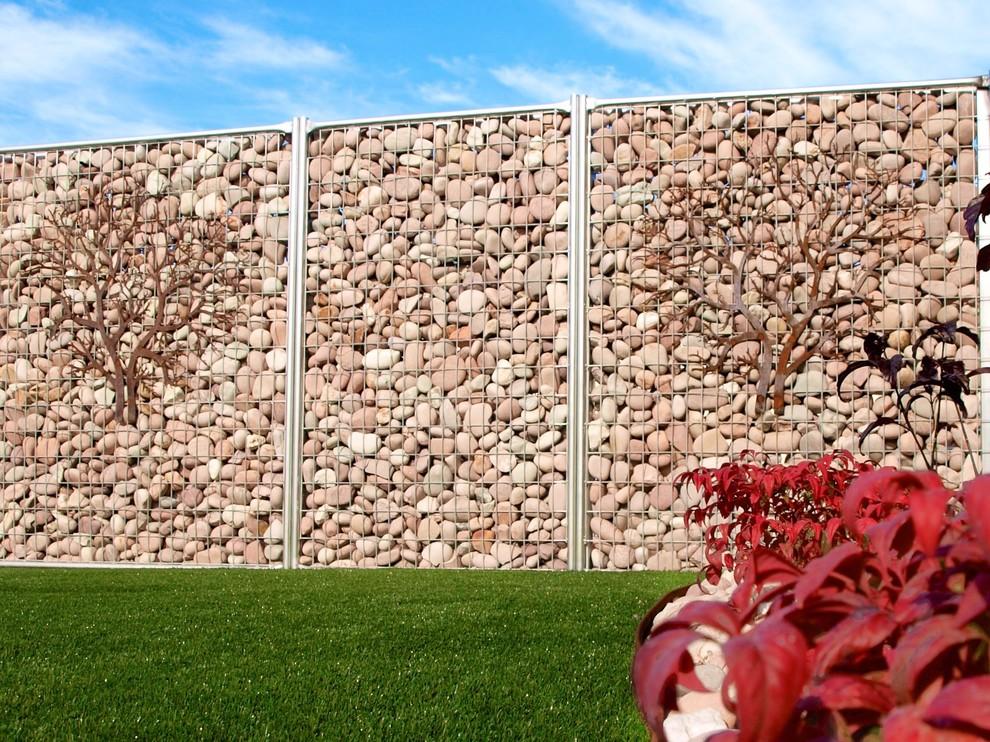 Габионный забор с декоративными элементами