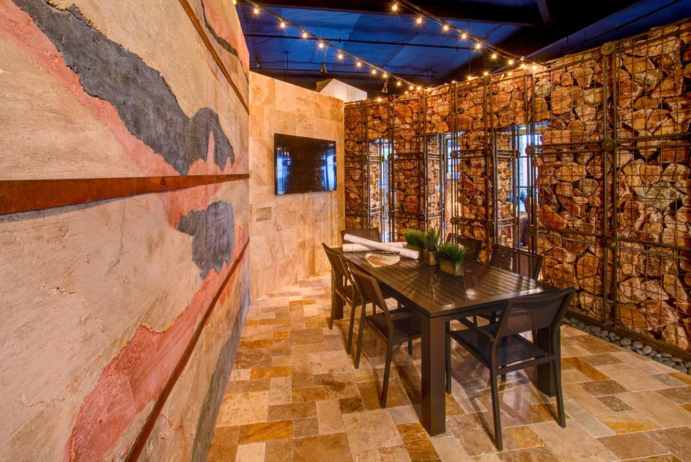 Перегородки из больших острых камней смотрятся стильно внутри дома, на террасах и верандах. Они практически не дают звукоизоляции, но превосходны для зонирования больших помещений
