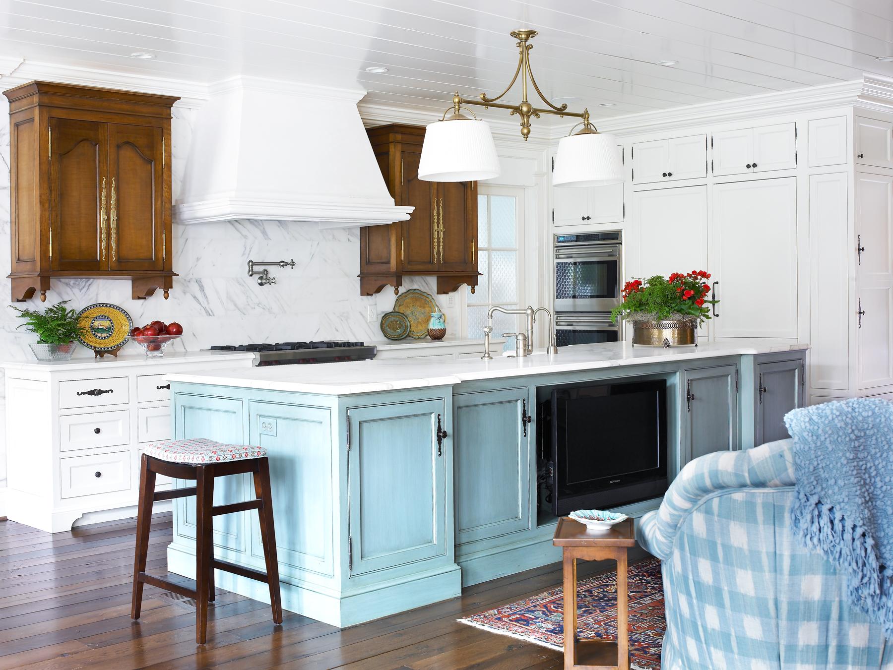 Красивое сочетание белой и голубой мебели в интерьере кухни