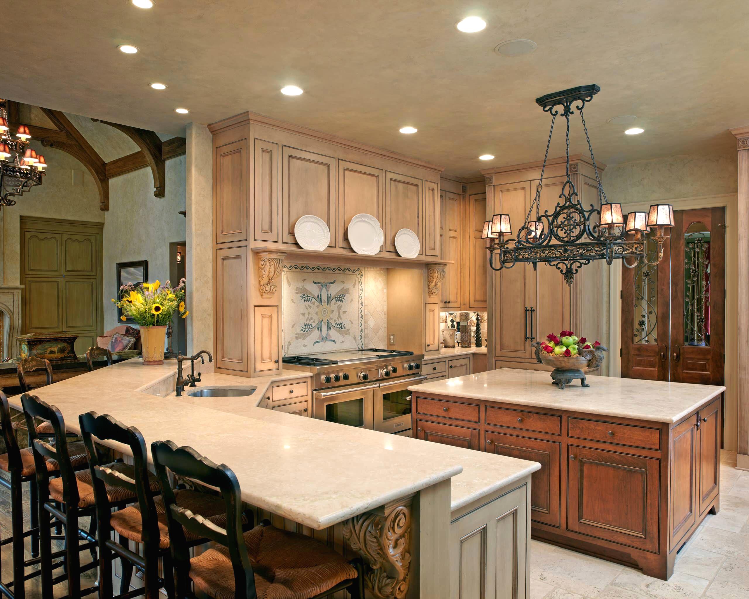 Красивая кованная люстра в интерьере кухни