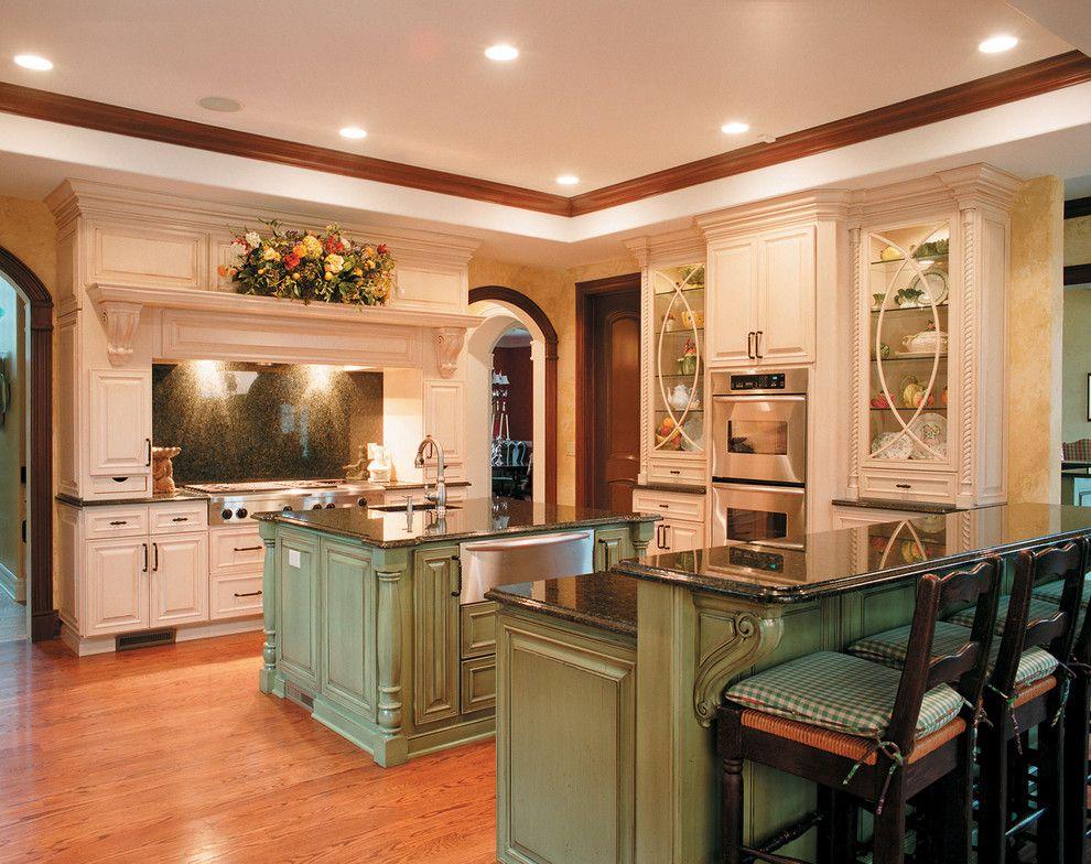 100 элегантных интерьеров Кухни классика светлые с патиной