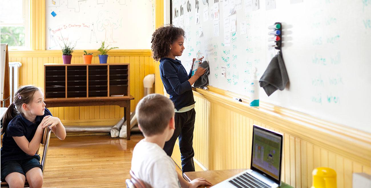 Во многих школьных учреждениях маркерные краски заменили обычные школьные доски