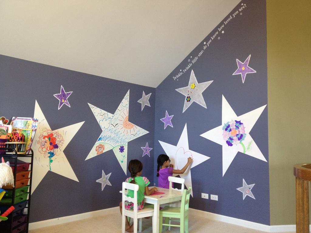 Красивые стены с маркерным покрытием в интерьере детской комнаты