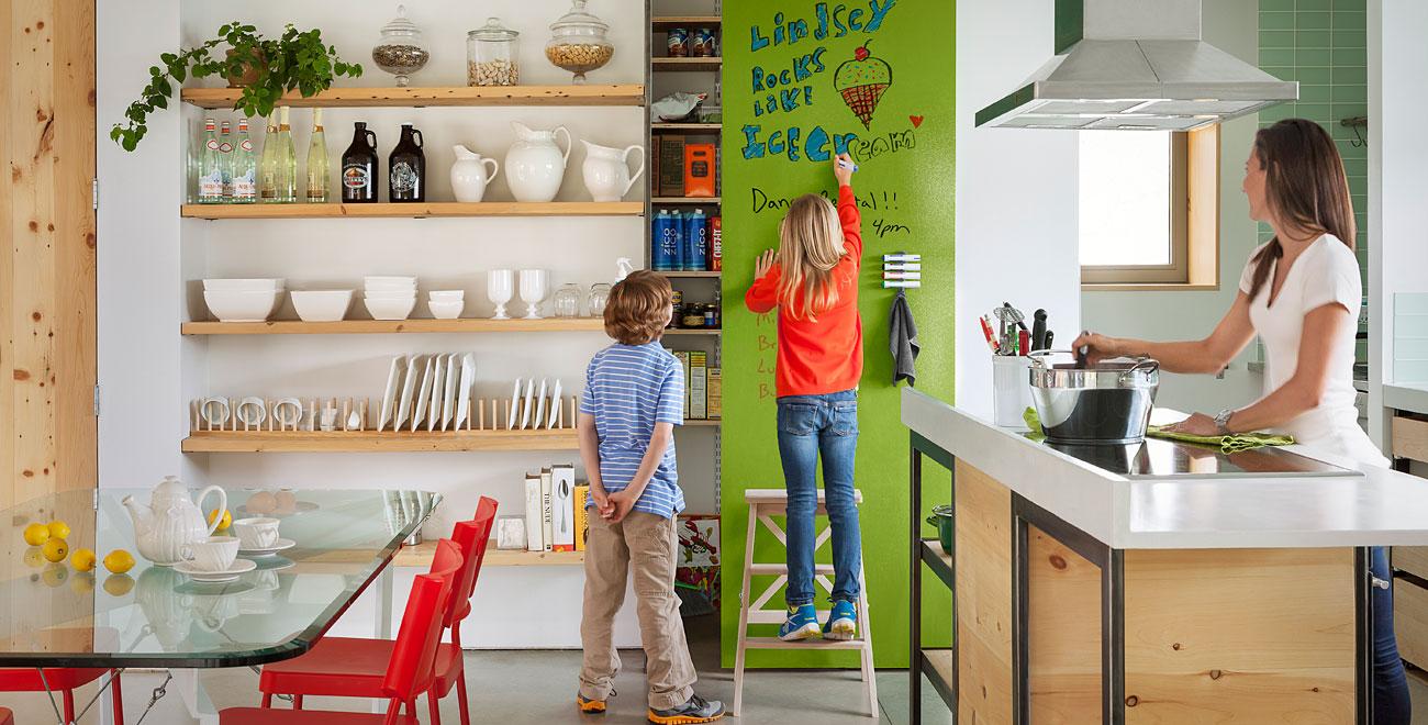 Зона для рисования, расположенная на кухне