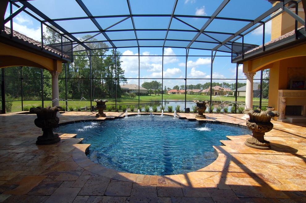 Бассейн частного дома с прекрасным видом на пруд