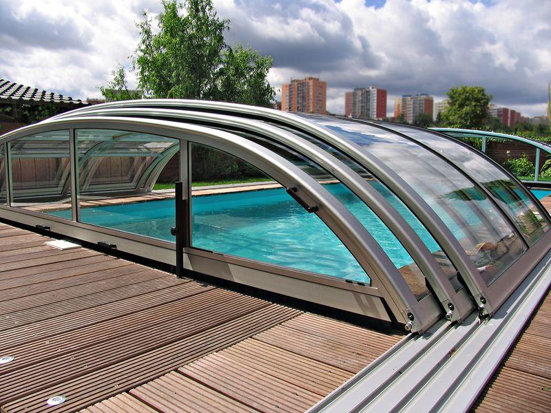 Раздвижной навес купольного типа из поликарбоната и металлических опорных балок