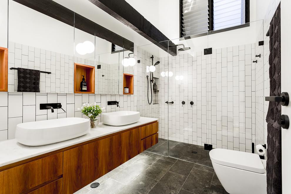 Черные деревянные балки на фоне белой плитки в дизайне ванной комнаты