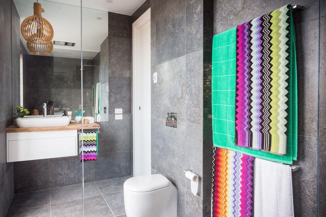 Стильные яркие акценты в ванной в стиле минимализм