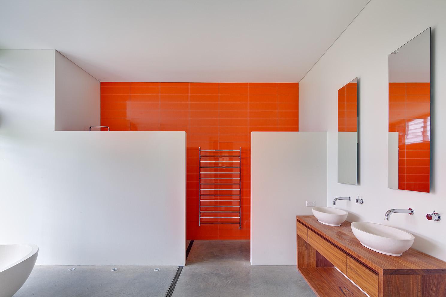 Динамичный, почти неоновый оранжевый в дизайне ванной