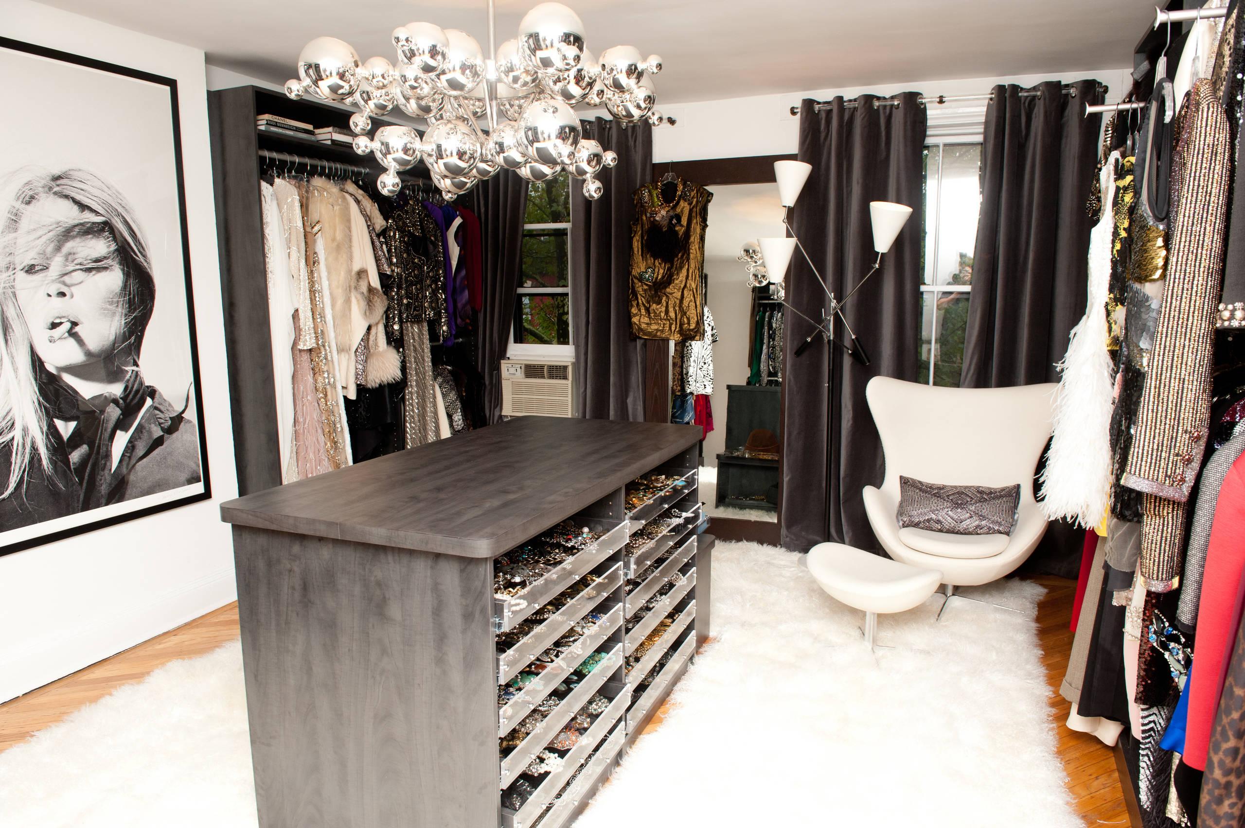 Центральное место в гардеробной выделено шкафу для украшений