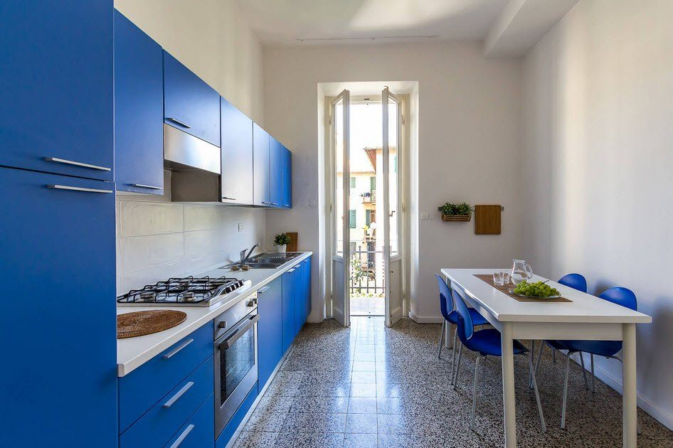 Просторная кухня с дизайном в стиле минимализм