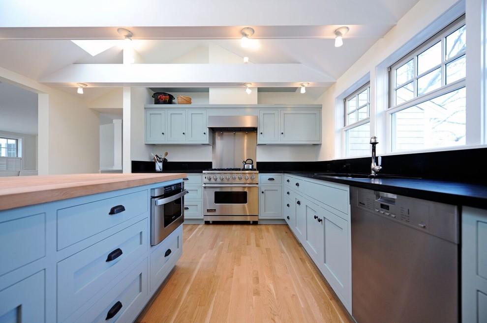 Просторная светлая кухня в голубых тонах с черными акцентами
