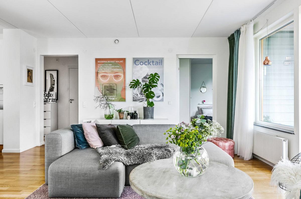 Добавить изюминку в интерьер гостиной можно при помощи подушек разных цветов