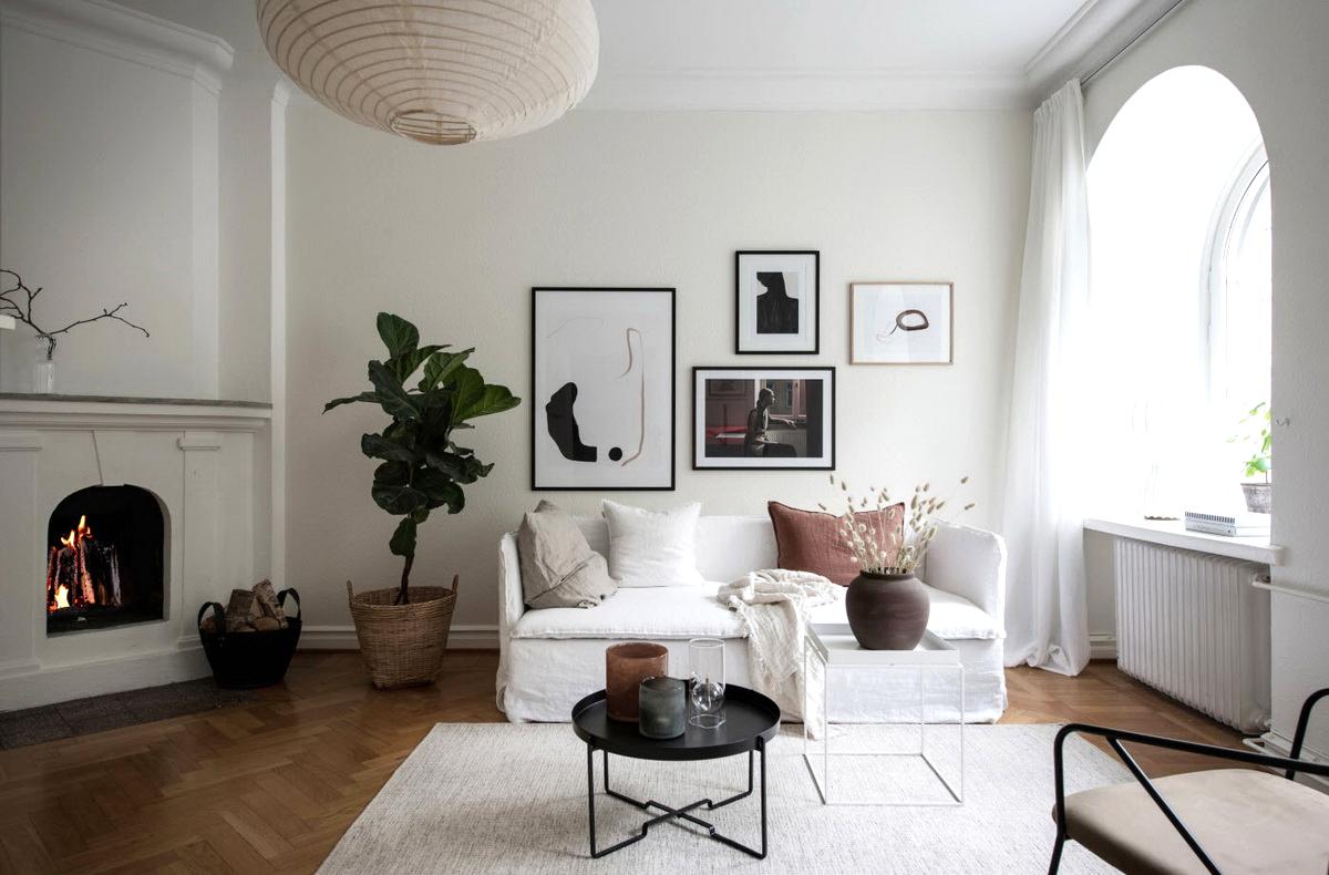 Камин - важная часть гостиной в скандинавском стиле