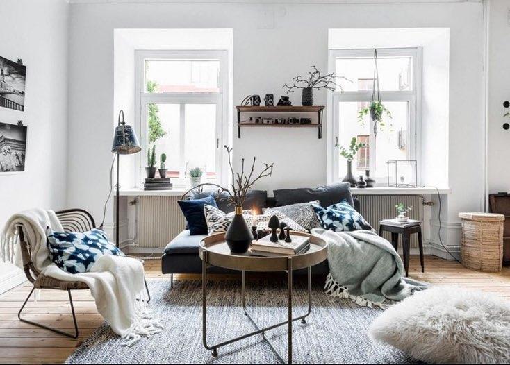 Торшеры, настольные лампы, мини-светильники и даже подсвечники: гостиная в скандинавском стиле должна быть освещена в любое время суток