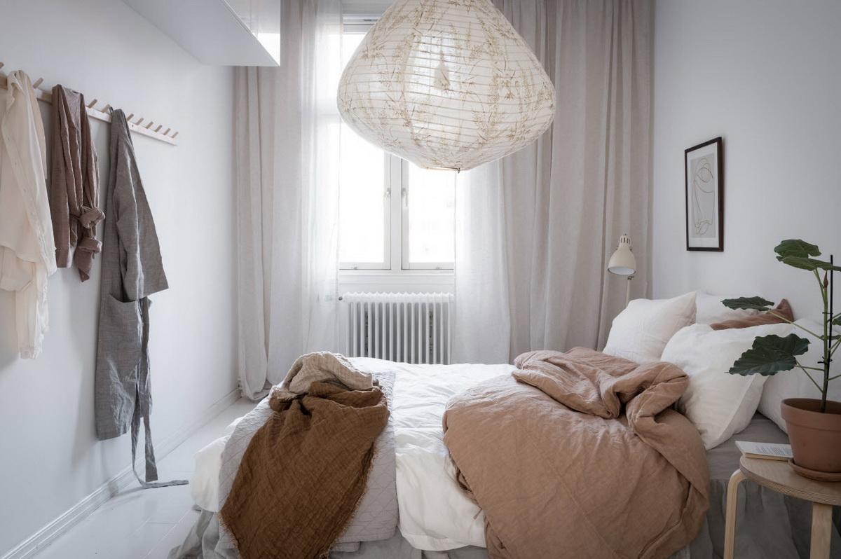 Выкрашенные в белый цвет стены и светлая мебель делают комнату более уютной