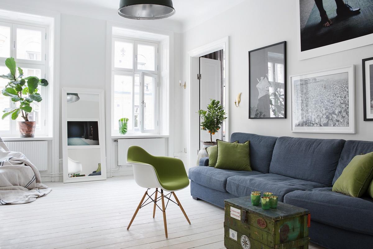 Яркие детали в гостиной в скандинавском стиле помогут разнообразить монохромный интерьер