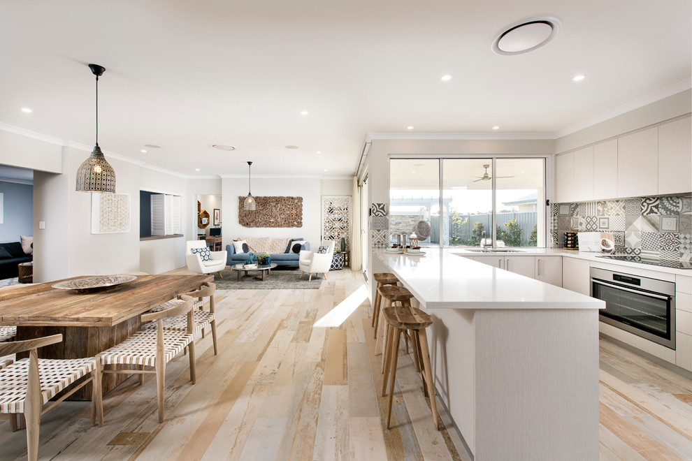 Просторная кухня-гостиная с дизайном в скандинавском стиле