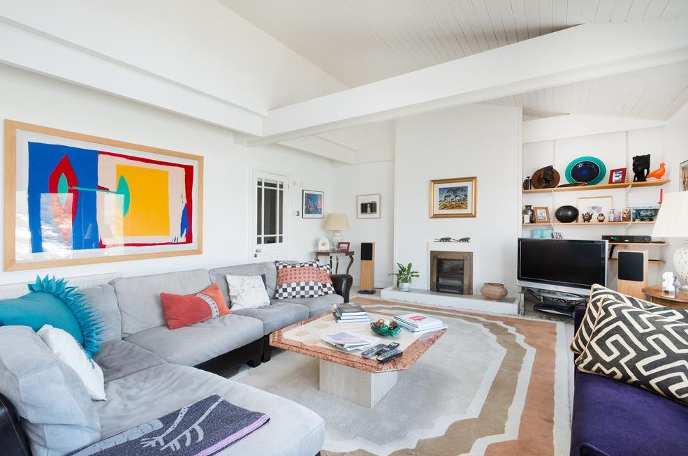 В наше время производители предоставляют нам широкий спектр вариантов исполнения угловых моделей диванов, среди которых найти свой типаж может каждый домовладелец