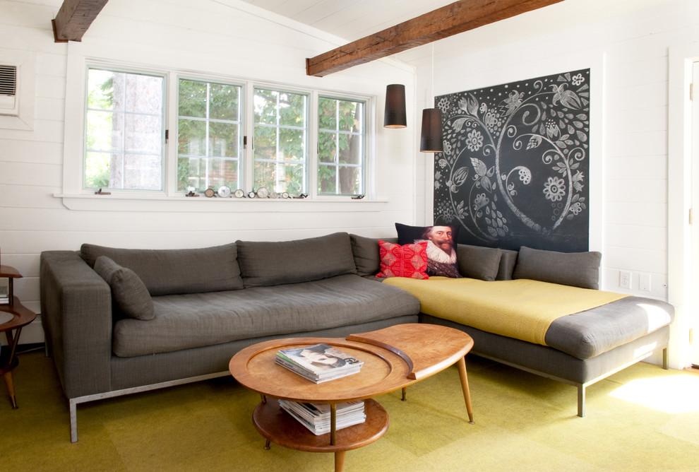 Небольшая гостиная частного дома с интерьером в стиле фьюжн