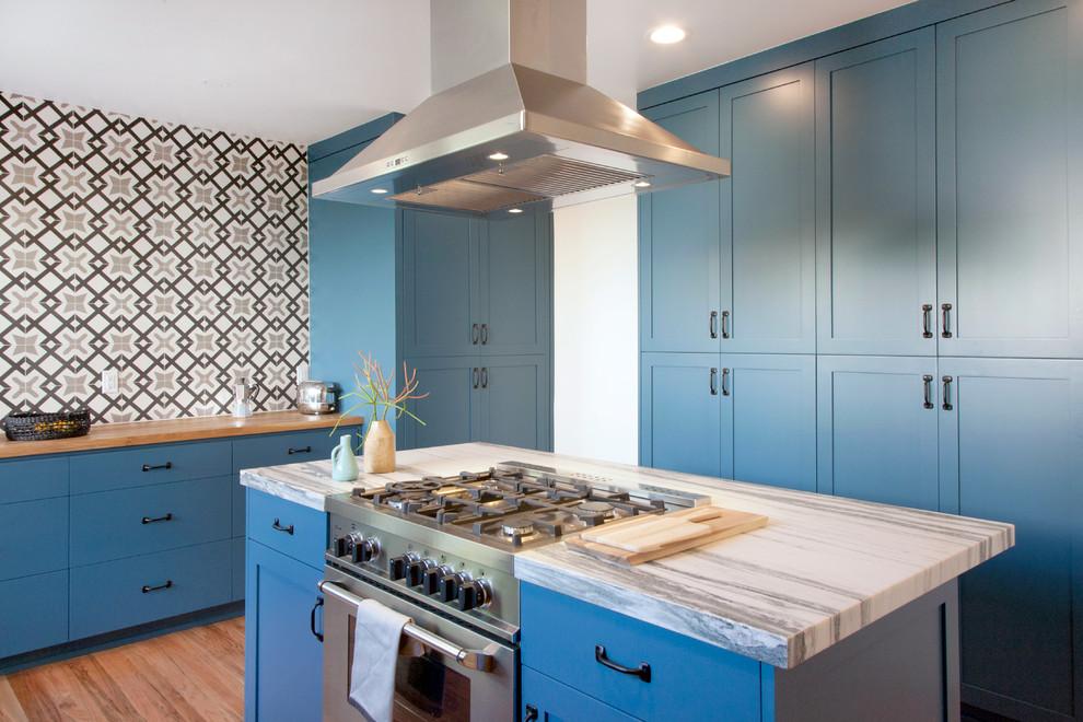 Большая кухня с мебелью приглушенного голубого цвета