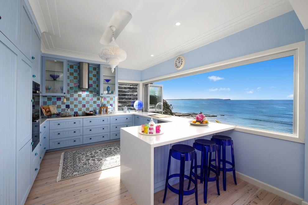 Кухня с панорамным окном, оформленная в средиземноморском стиле