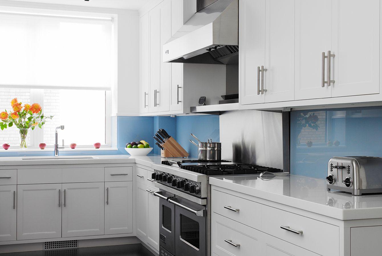 Голубой фартук из стекла на белой кухне