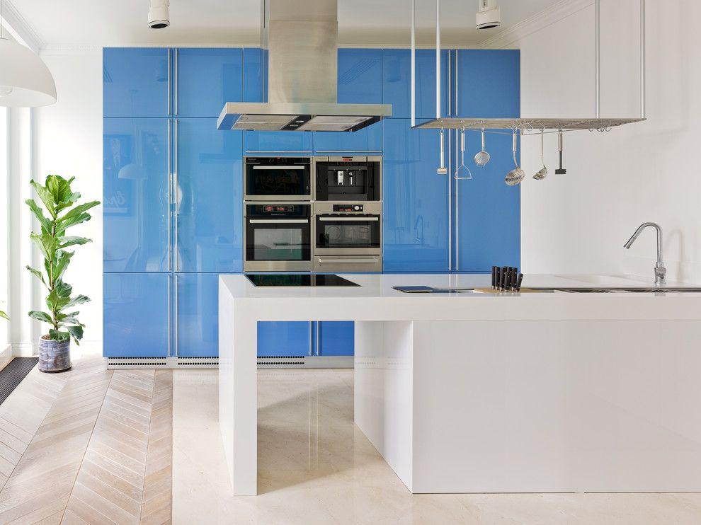 Современная кухня с голубым фасадом и белым островом