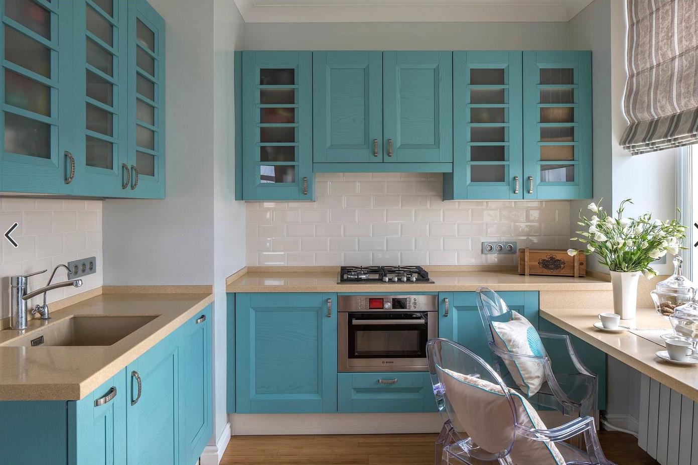 Бело-голубая г-образная кухня с обеденным столом-подоконником