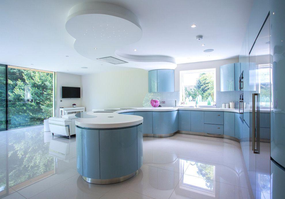 Красивый интерьер кухни загородного дома, оформленный в стиле хай-тек