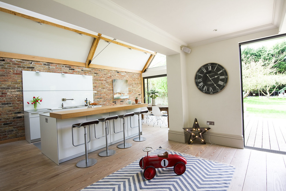 Просторная кухня частного дома, оформленная в стиле лофт