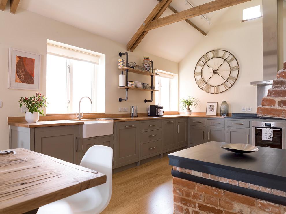 Уютная кухня-столовая, оформленная в теплых тонах