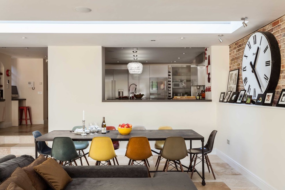Большие часы в просторной кухне-столовой покажут себя во всей красе и будут видны из любого уголка комнаты