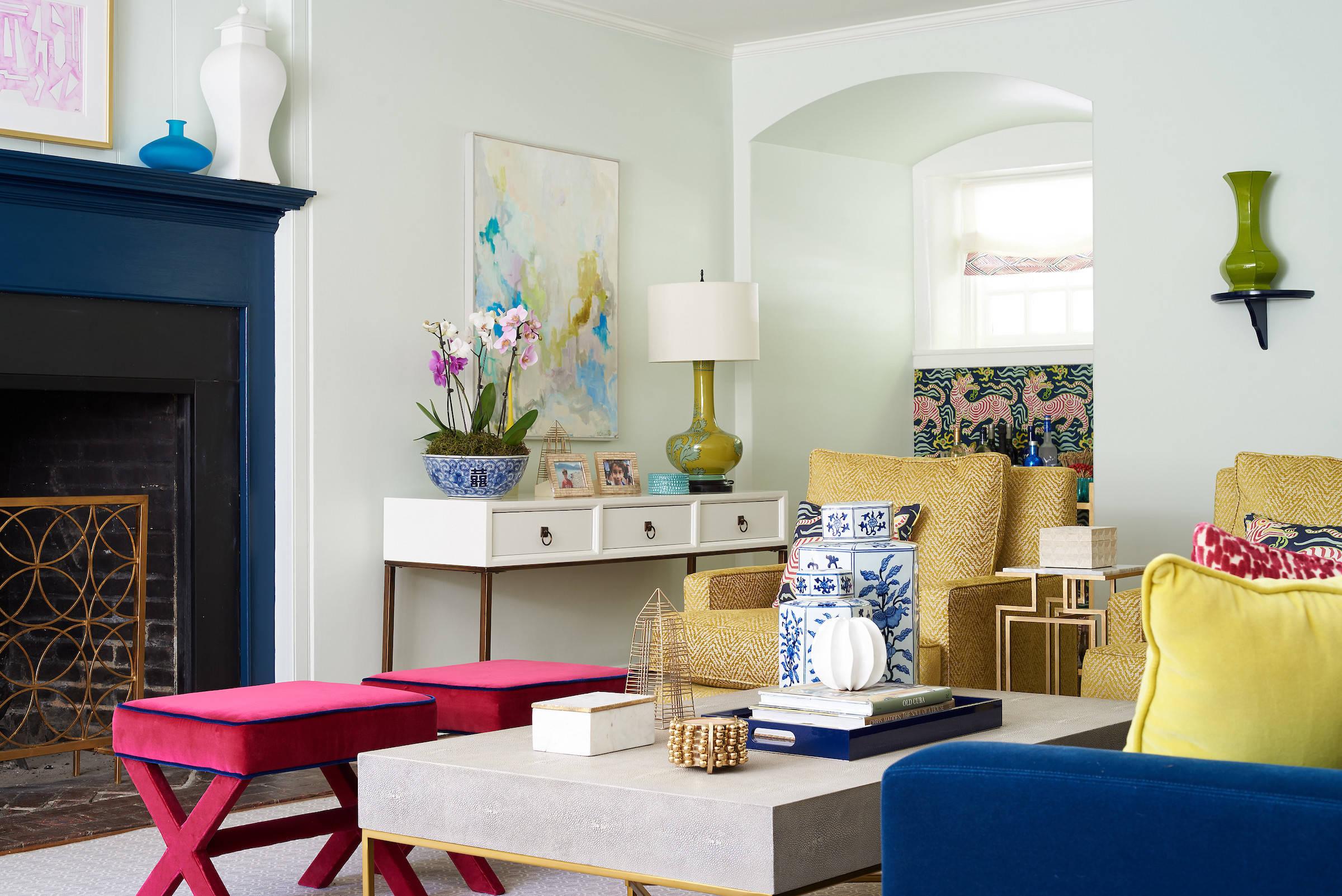 Яркий интерьер небольшой гостиной комнаты