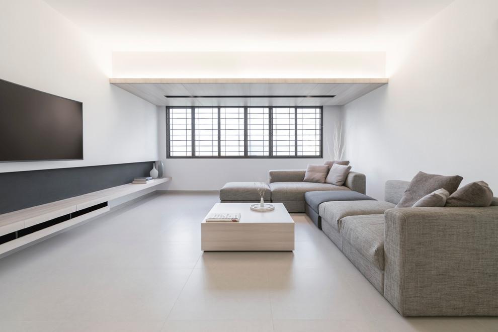 Светлый столик в стиле минимализм сливается с цветовой гаммой интерьера гостиной