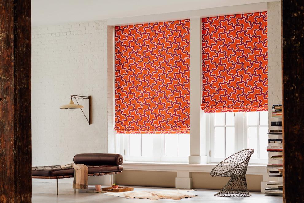 Яркие римские шторы в дизайне гостиной