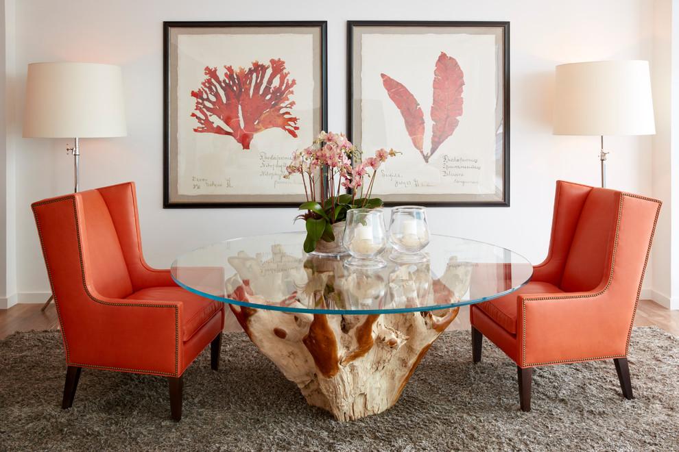 Светлые стены гостиной комнаты, оригинальный стол, строгие кресла с обивкой кораллового цвета - отличное сочетание для яркой и оригинальной гостиной