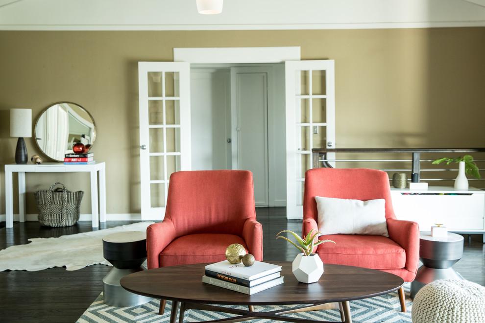 Спокойный и умиротворяющий интерьер, разбавленный двумя яркими креслами