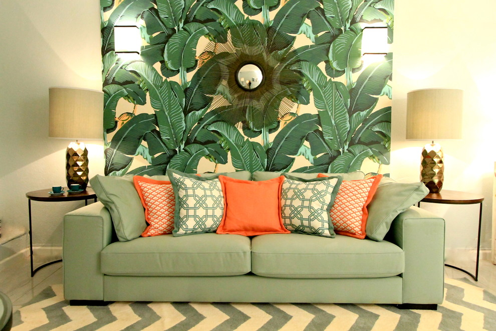 Красивое сочетание кораллового и зеленого цветов в интерьере гостиной