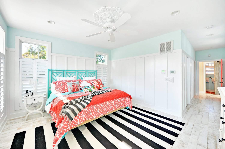 Контраст в современной спальне: черный, коралловый и бирюзовый