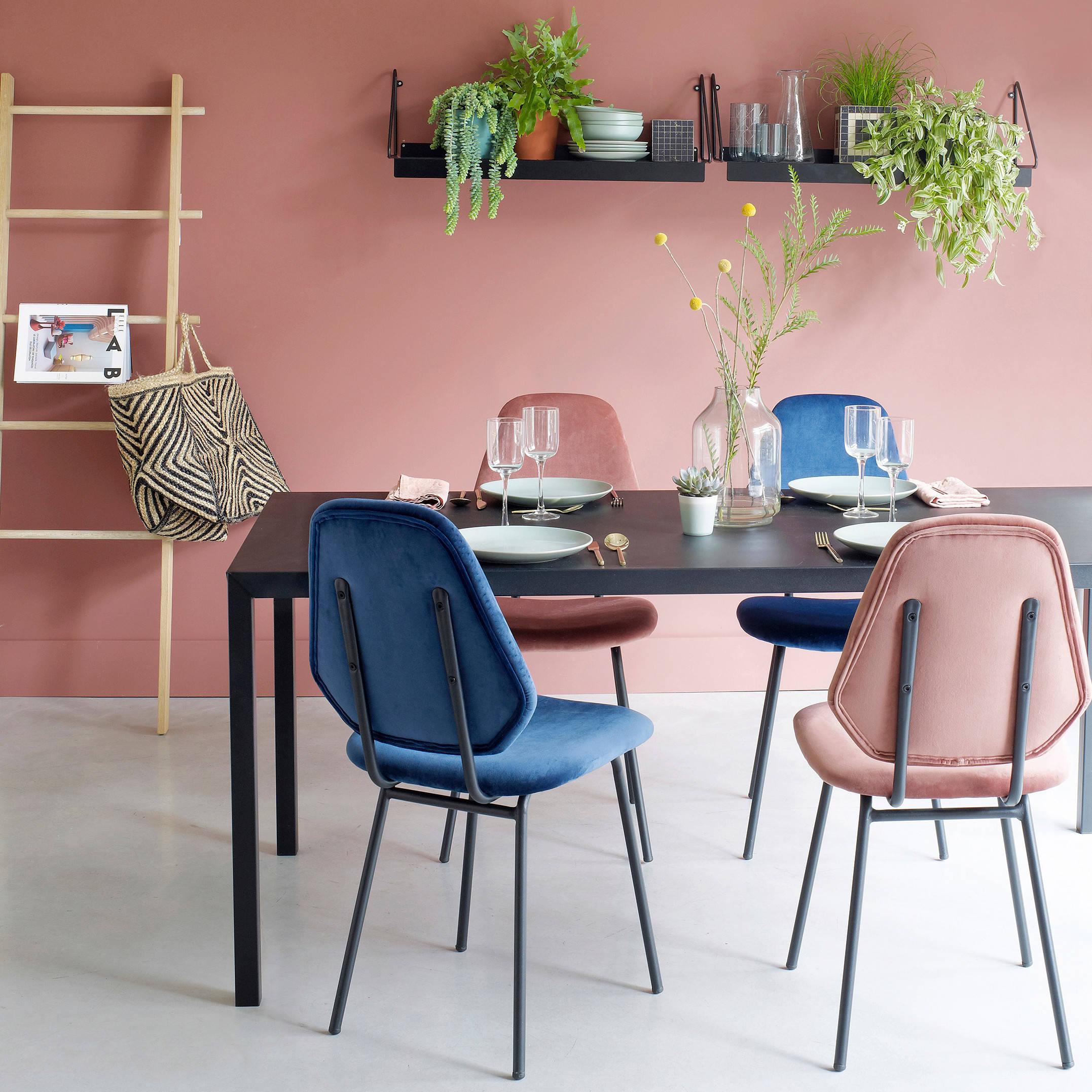 Пластиковый стол черного цвета контрастно смотрится в компании с цветными стульями