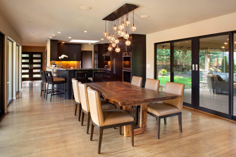 Красивый кухонный стол из цельного куска дерева выглядит очень стильно