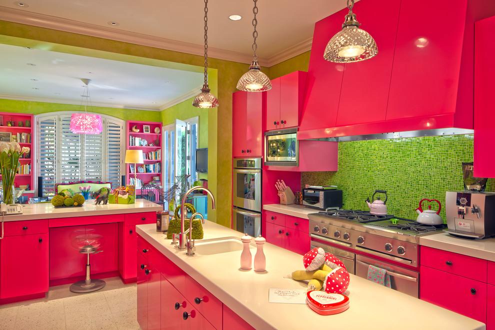 Яркая кухня, оформленная в стиле эклектика