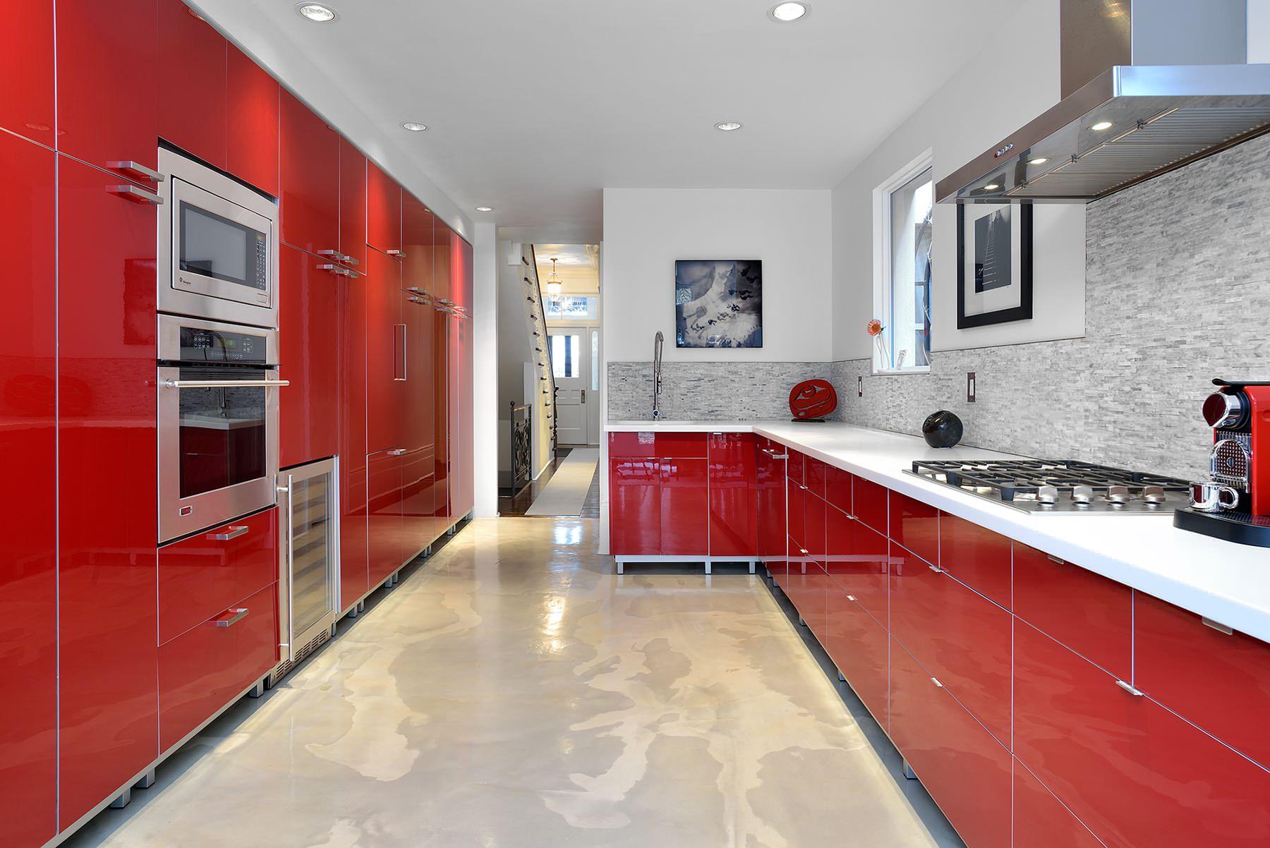 Красный цвет на кухне создает гостеприимную атмосферу