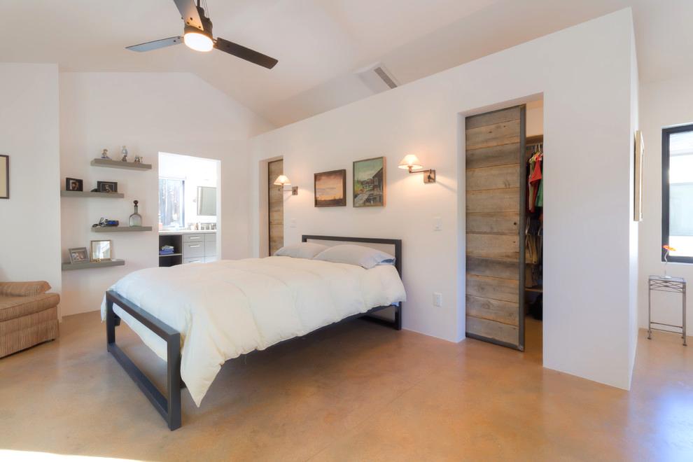 Светлая просторная спальня одноэтажного дома