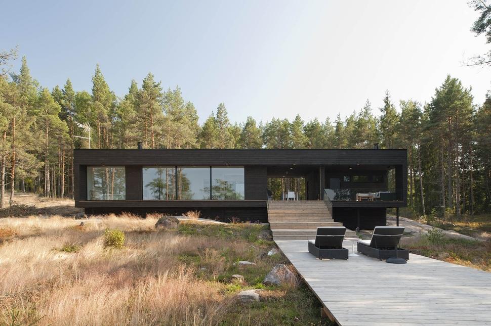 Минималистичный одноэтажный дом черного цвета с огромными окнами